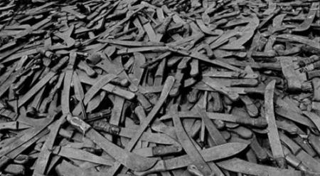 (Machetes usados en el genocidio de Ruanda.)