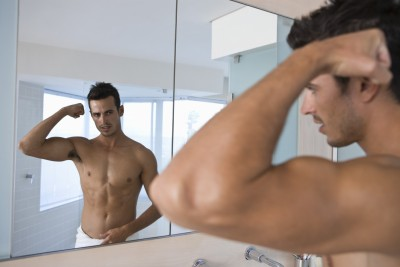(Narcisista frente al espejo.)