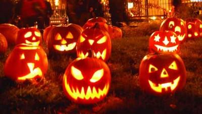(Calabazas iluminadas en Halloween.)