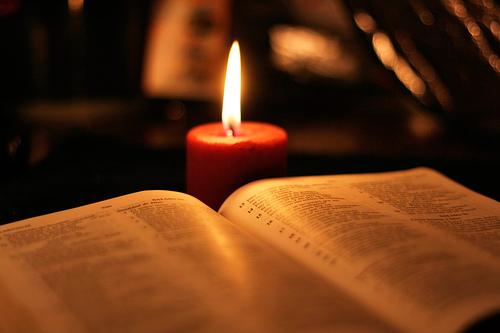 (La Biblia es un texto religioso)